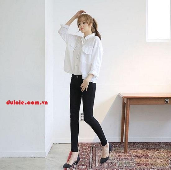 Áo sơ mi trắng form rộng mix với quần legging