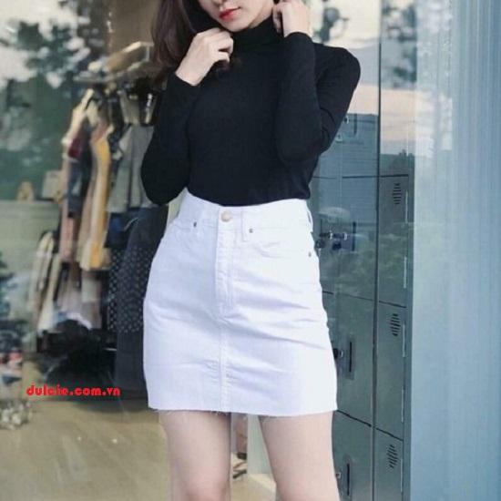 Chân váy jean trắng kết hợp áo thun dài tay